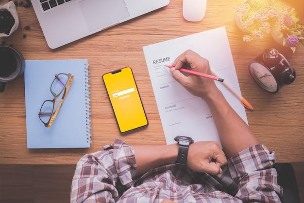 実業家充填履歴書情報、上面図と木のテーブル。
