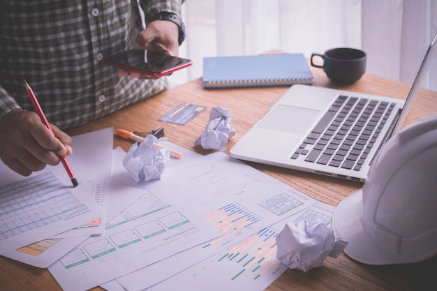 電話、ホームオフィスで忙しいデスクを使用して忙しいビジネスマンのオフィスのテーブル。