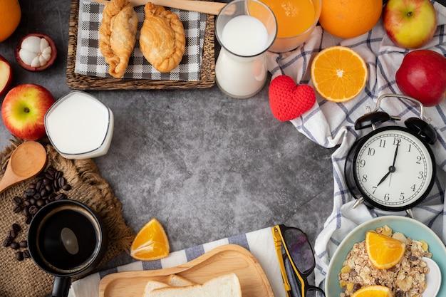 セメントテクスチャ背景にコピースペースを持つ朝食テーブル、上からの眺め。
