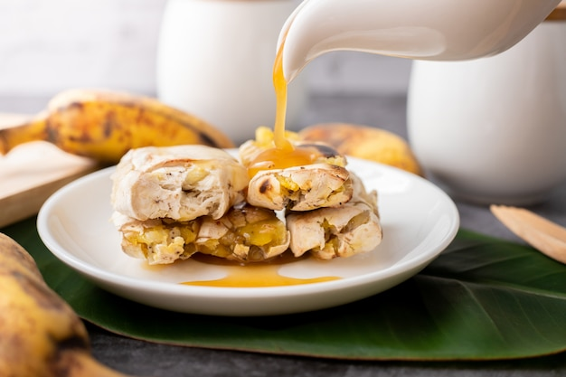 Жареные бананы на десерт с медовым сиропом.