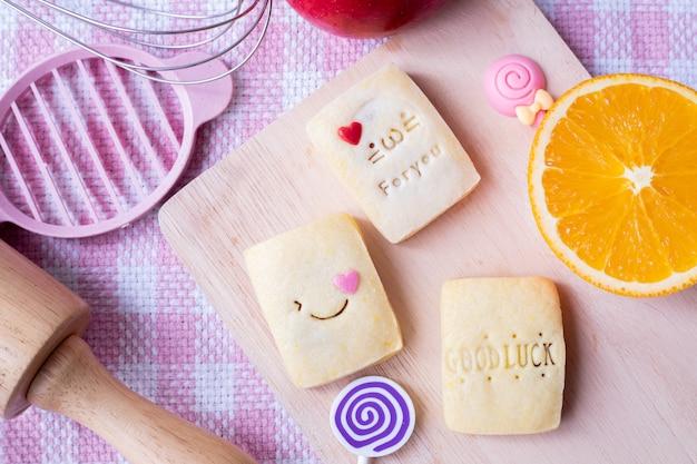 ピンクのテーブルクロスとオレンジ色の果物のパイナップルチーズのタルトレシピ、チアベーカリー。