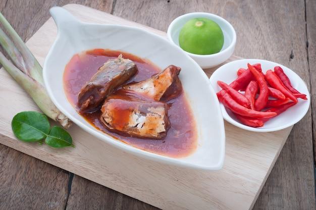 缶詰の魚のキッチンテーブル