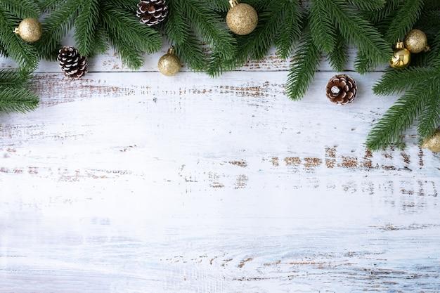 Предпосылка границы рождества с украшениями и широкая арка сформировали рамку лист на предпосылке белой доски.