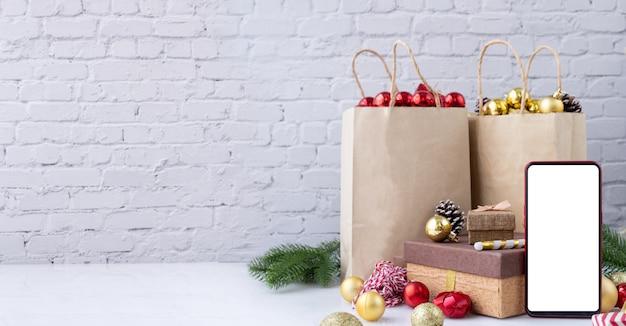 携帯電話、スマートフォン、クリスマスの装飾と携帯電話の空白の画面。