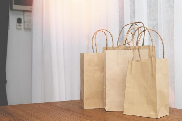 Хозяйственные сумки из крафт-бумаги на деревянный стол.