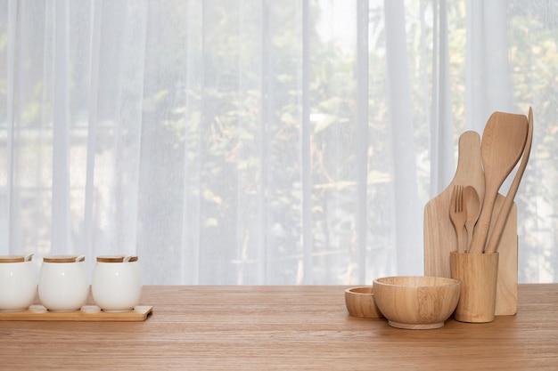 Деревянная посуда на столе.