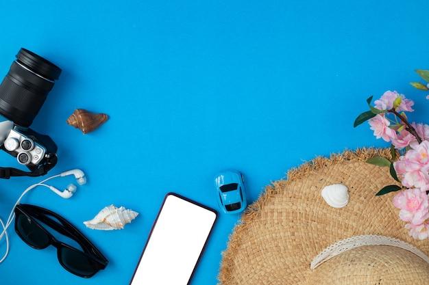 Плоские лежал аксессуары для путешественников на синем