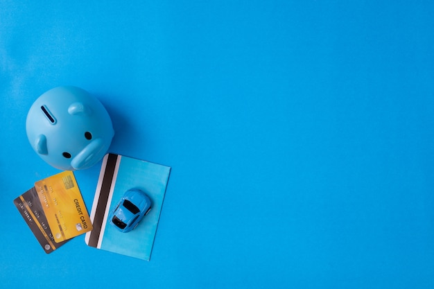 Концепция аренды и покупки автомобиля на синем