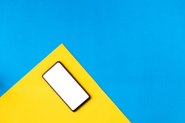 Смартфон на желтой плоской лежал.