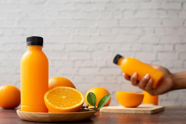 Деревянный стол с апельсиновым соком