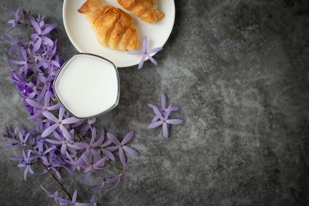 Стакан молока на фоне цемента
