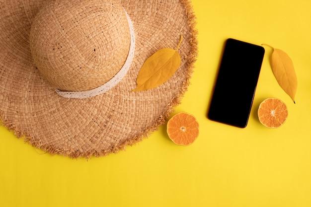 Концепция лета на желтом фоне, пустой экран смартфона