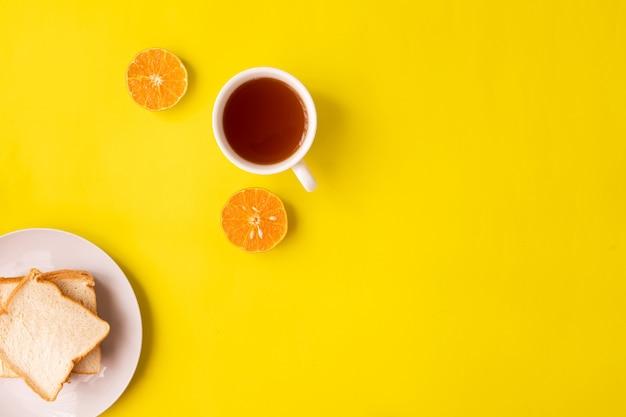 Чашка чая на желтом фоне