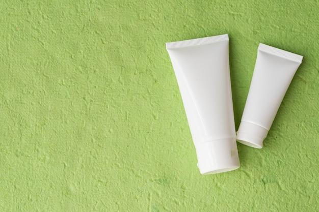 緑の空白のローション包装。