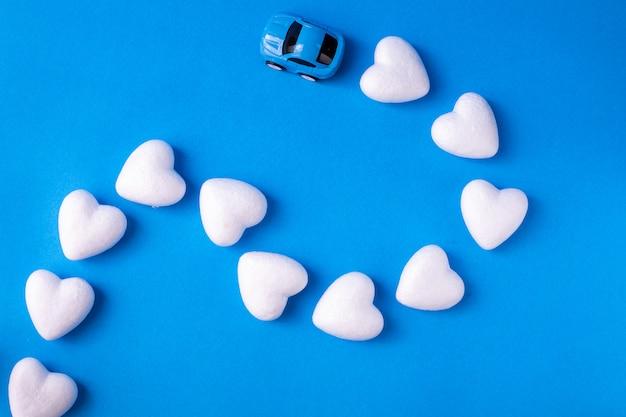 青に白いハートの形のおもちゃの車。