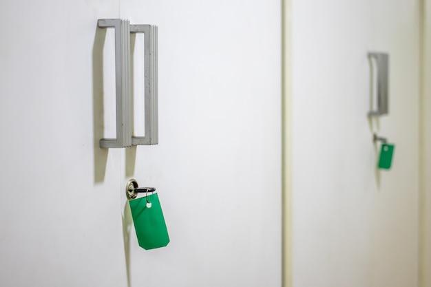 食器棚のキーと緑のタグ