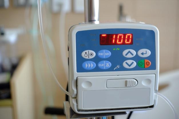 Монитор сердечного ритма отображает статус на дисплее