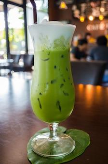 テーブルの上の緑茶のガラス