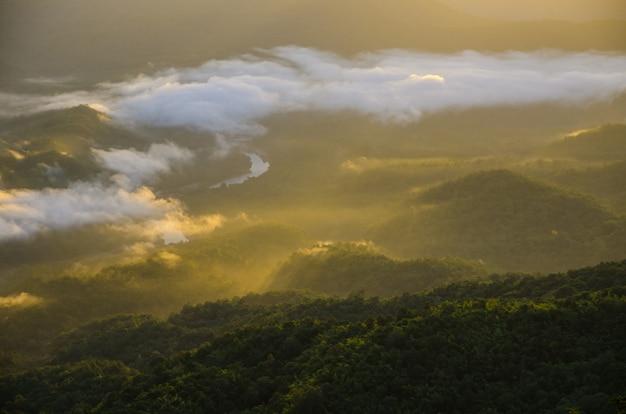 暖かい太陽の光と山の景色