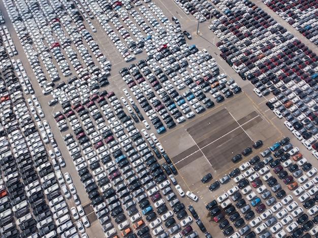 自動車工場の駐車場に駐車している新車の航空写真