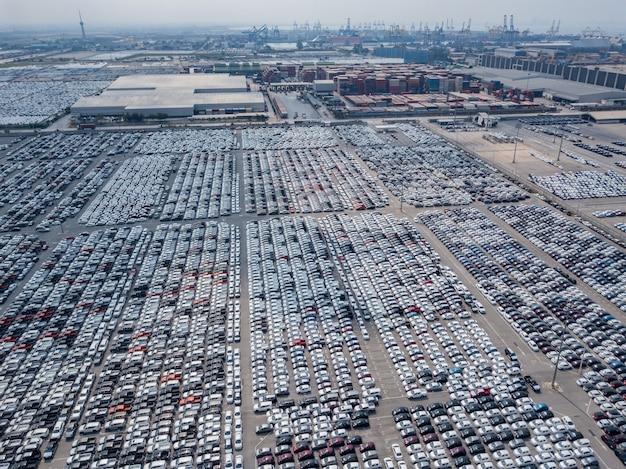 自動車工場の駐車場に駐車した新車の空撮。