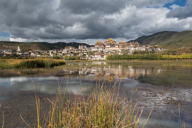 Сонгзанлин - тибетский монастырь в шангриле, юньнань, китай