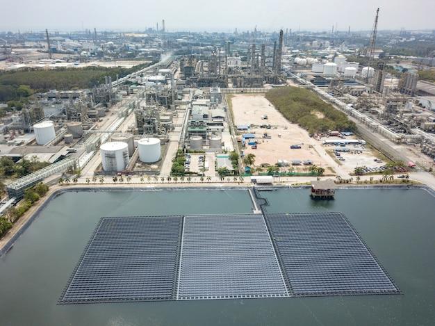 Вид с воздуха плавающей солнечной фермы или солнечных батарей на воде в промышленной зоне.