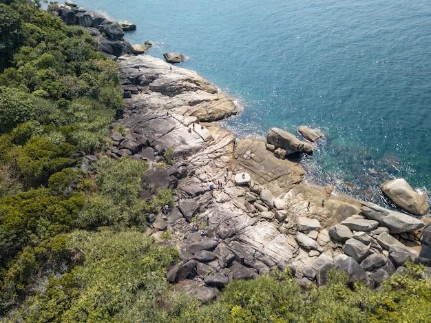 岩、美しい自然の背景を持つ透明な海をクリアする空撮