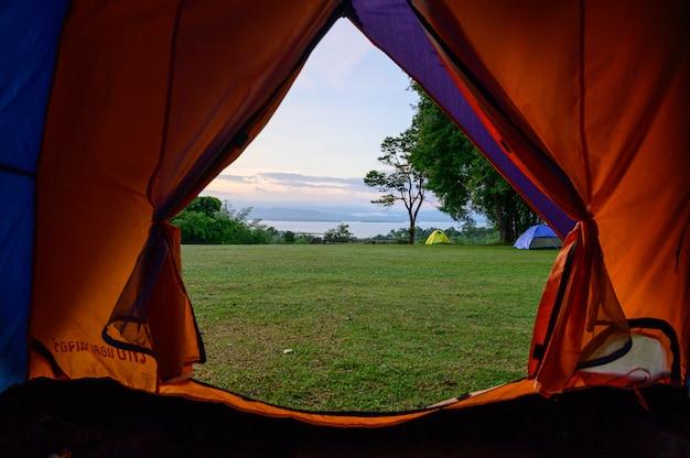 日の出、ホアメカミン滝国立公園、カンチャナブリー、タイでのキャンプ。