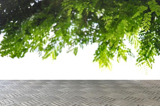木の枝の背景を持つ空のチェッカー鉄板トップ