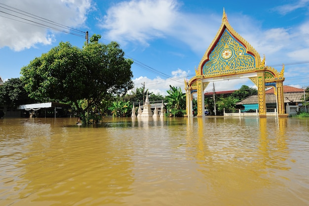 タイ北東部のナコンラチャスリマにある浸水寺院。