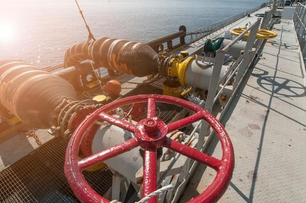 Нефтяной танкер переправляет нефть на грузовое судно