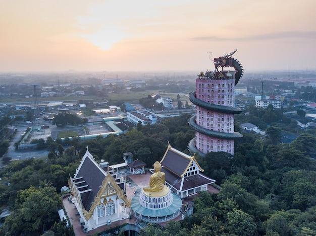 タイ、バンコク近郊のナコンパトム県のサム・プラーン地区にあるドラゴン寺院、ワット・サンプランの空撮。