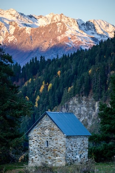 ヘシュキリ小屋サバネティ、ジョージア州の小さな教会と山