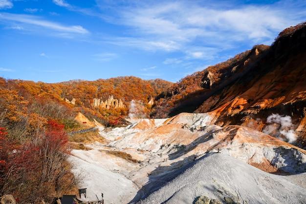 Осенний сезон на вулкане ноборибецу на хоккайдо, япония
