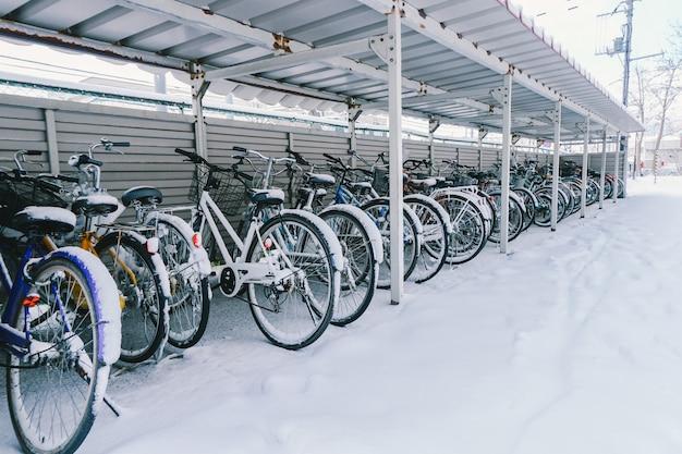 自転車で雪が降る