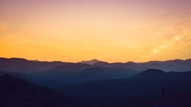 日没の森山の風景