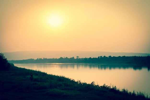 川と夕日の山