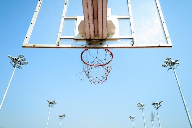 青い空のバスケットボールフープ