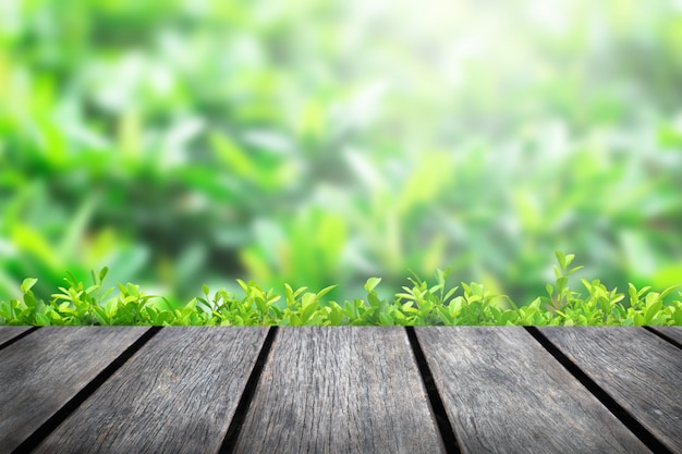 公園の木のぼかし緑色の背景に木製のテーブルトップ