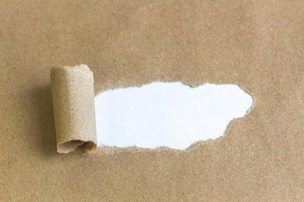 引き裂かれた茶色の紙の空白スペース