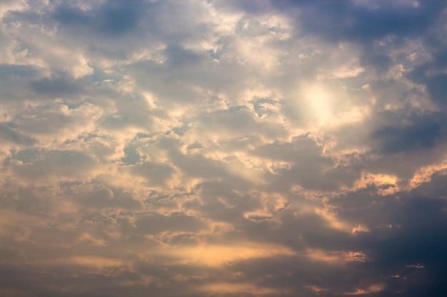 Абстрактная предпосылка серого пасмурного на небе в сезоне дождей.