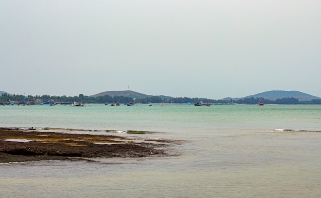 夕方、タイの海と漁船の眺め。