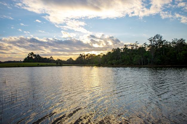 カオヤイ国立公園、タイの貯水池の夕日