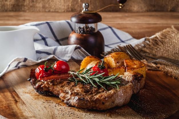 木製のまな板でステーキ