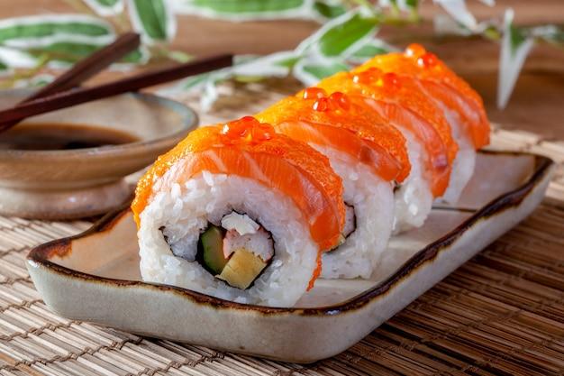 Японская еда с лососем суши ролл