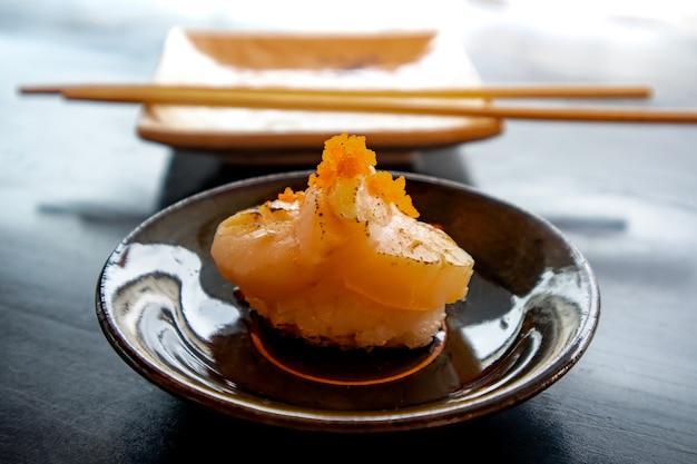 Свежие морские гребешки суши