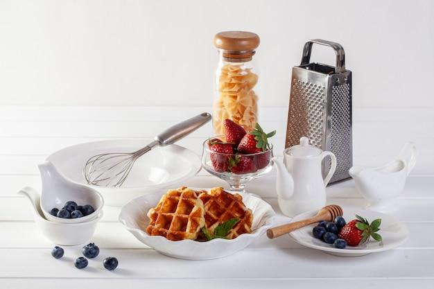 ストロベリーワッフルと朝食に蜂蜜入りブルーベリー