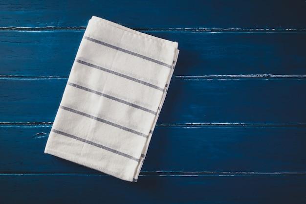 Клетчатая салфетка на столе синего цвета