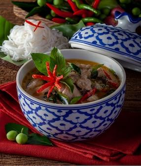 木製の背景、タイ料理のチキンとグリーンカレー
